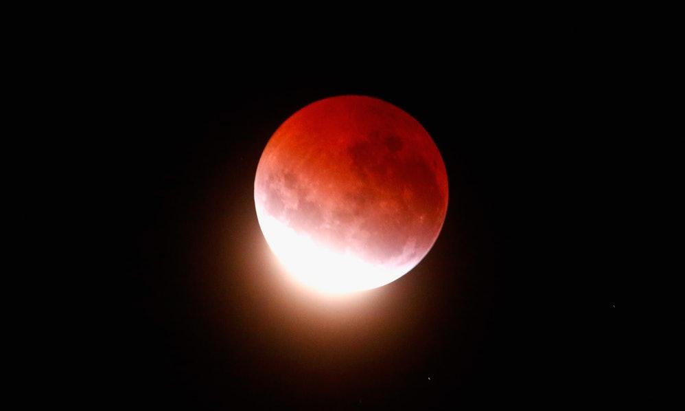 Ada Wangsit Turun Saat Bulan Merah Darah