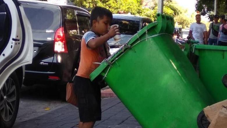 Bocah Minum Air Dari Tong Sampah