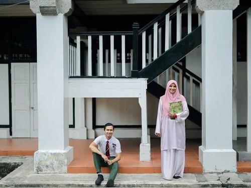 Cinta Pandangan Pertama Guruku adalah Istriku